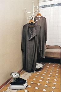 Банные халаты Сталина с укороченными левыми рукавами и напольные весы. А на нижнем снимке - ванная комната. Сохранилось все, кроме висячей скамейки для принятия душа