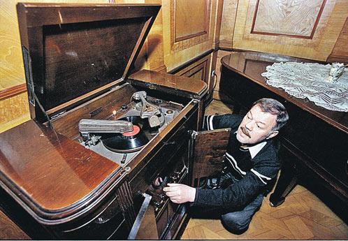 Корреспондент «КП» Александр Гамов, приехав на дачу вождя, первым делом включил радиолу.