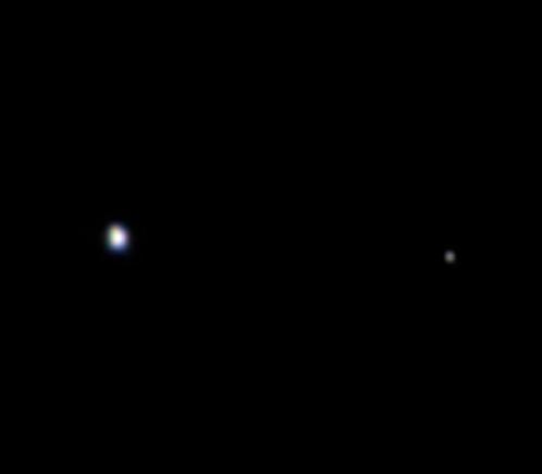 Снимок с Юноны: шарик слева - Земля, маленький справа - Луна