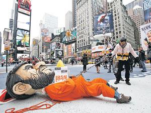 Пока что «иранского президента Ахмадинежада» кладут на лопатки и вяжут цепью актеры на нью-йоркской площади Таймс-сквер. Но Белый дом очень хочет, чтобы это повторилось в реальности