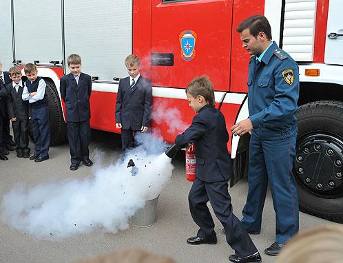С огнетушителем может справиться даже школьник