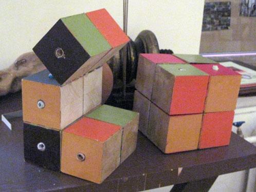 На этом деревянном конструкторе можно сначала поиграть, а потом - узнать свою судьбу.