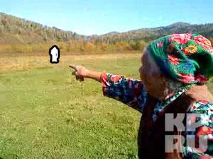 Бабушка Рая показывает, где стоял йети и махал руками.