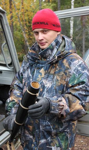 Госинспектор Михаил Черемных: -Рев такой трубы привлекает самцов изюбря. Фото автора.