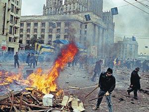 3 октября 1993 года московское Садовое кольцо  превратилось в поле сражений защитников Верховного Совета и Внутренних  войск, подчинившихся правительству и президенту