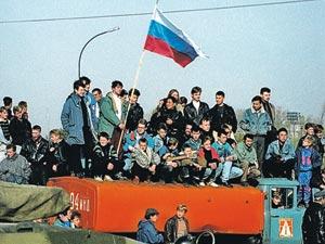 События октября 1993-го у большинства россиян вызывают  сегодня неоднозначные оценки. (Снимок сделан у «Белого дома» в тот  «черный октябрь»...)