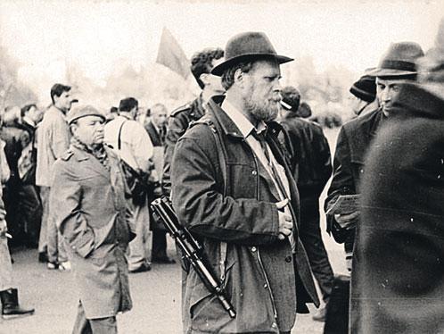 Типичный защитник «Белого дома»: шел с работы, а тут  гражданская война - пришлось взяться за оружие.