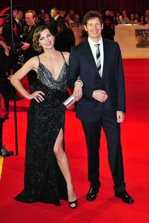 На красной ковровой дорожке Мила повилась под ручку с мужем, режиссёром Полом Андерсоном. Фото: Splash/All Over Press.