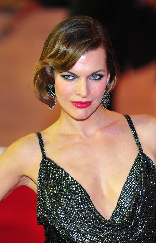 """Для премьеры Миле сделали вечерний макияж """"smoky eyes"""", который дополнил ее образ роковой соблазнительницы. Фото: Splash/All Over Press."""