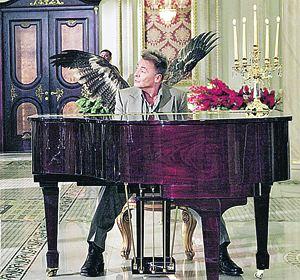 В роли главаря мафии Абдула снимается Арманд Ассанте, знакомый российским зрителям как Наполеон и Одиссей. Пусть крылышки вас не обманывают: этот Абдул - отъявленный злодей!