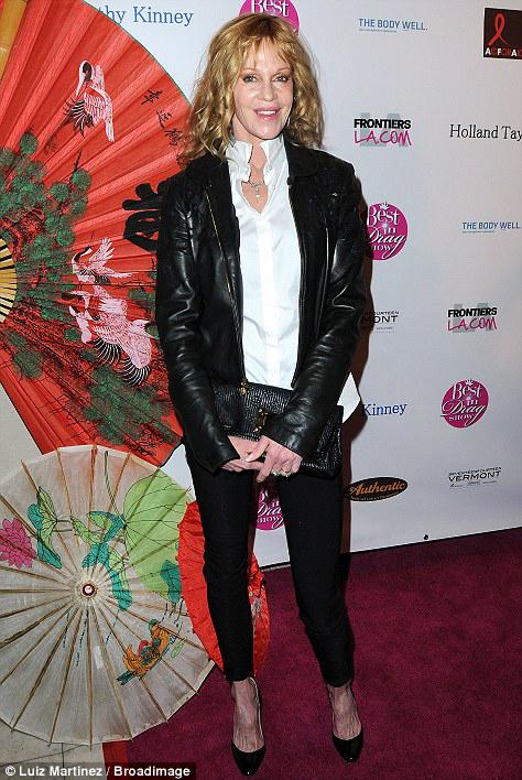 Мелани приехала на приём в изумительном наряде: белая рубашка, облегающие кожаные брючки и рокерская куртка.  Фото: Daily Mail.