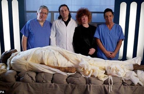 Вся команда, участвующая в мумификации шофера.