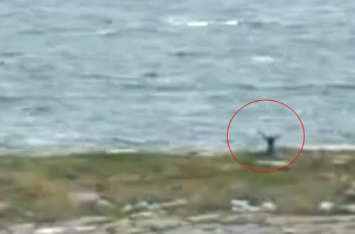 Увидев вертолет, Сергей вышел из своего укрытия и стал махать руками.