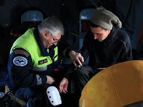 На борту вертолета Сергею измерили пульс, парень чувствовал себя неплохо.
