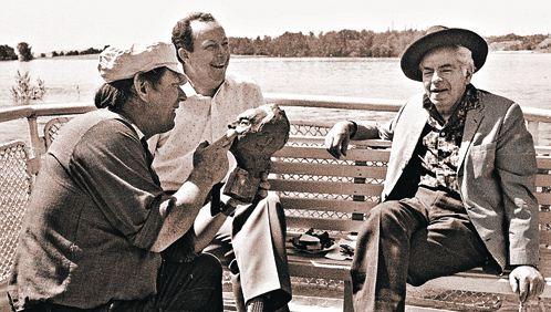 1985 год. Прогулка на катере по Волге. Актер позирует знаменитому скульптору Виктору Фетисову.