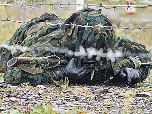 В спецкостюмах «леших» снайперы не только оттачивают мастерство в стрельбе, но и учатся преодолевать препятствия