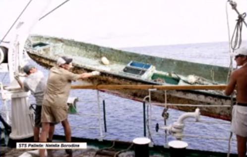 """Экипаж """"Паллады"""" поднимает японскую лодку. Фотографировала помощник капитана Наталья Бородина"""