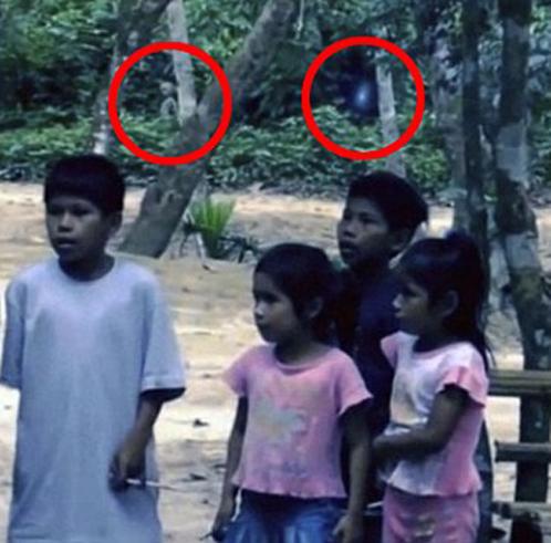 """Инопланетянин предстал на заднем плане сцены общения авторов """"фильма"""" с бразильскими детьми"""