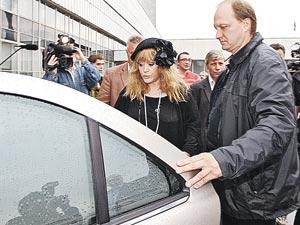 Алла Борисовна сама не водит машину, но это не уберегло ее от ЧП на дороге.