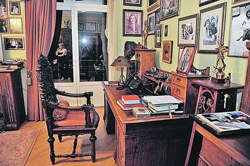 Письменный стол и кресло актера - тут он работает.