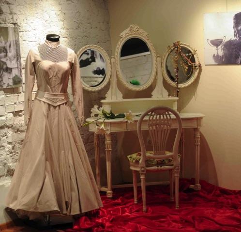 Этот стол и зеркала стояли в спальне Людмилы Марковны.