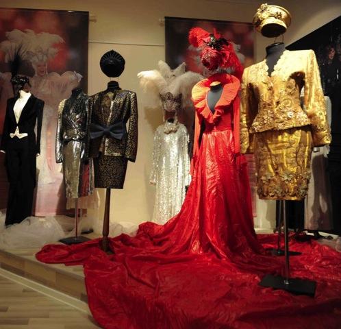 В экспозиции представлено более пятидесяти платьев актрисы.