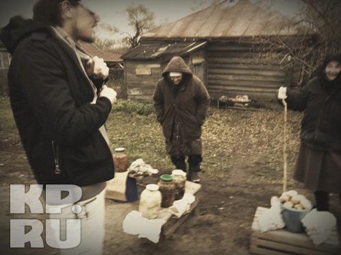 Под Арзамасом Дима Билан отоварился у бабушек грибами.