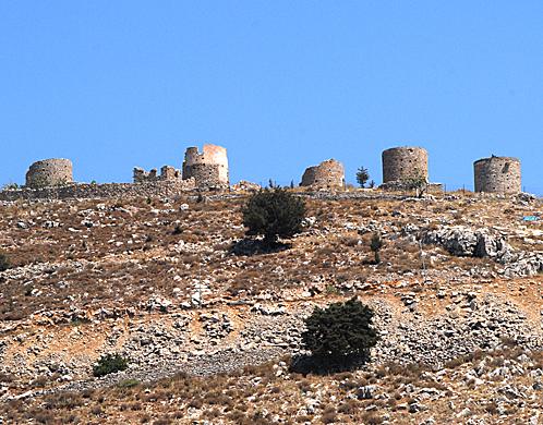 На вершине горы стоит крепость (вернее, то, что от нее осталось).