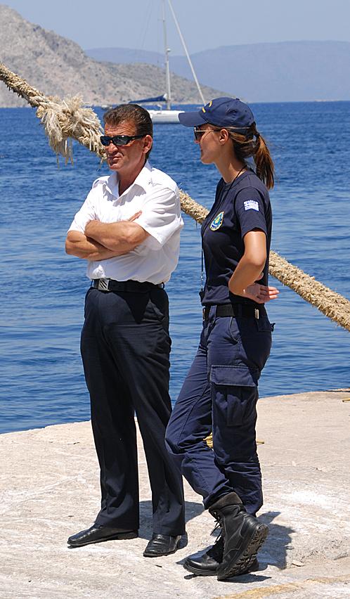 Симпатичная девушка-полицейский. Стоит, улыбается, регистрацию у приезжих не спрашивает...