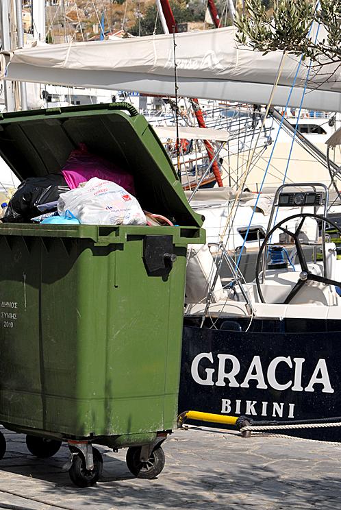 Кризис кризисом, а чистоту на маленьком островке поддерживают.