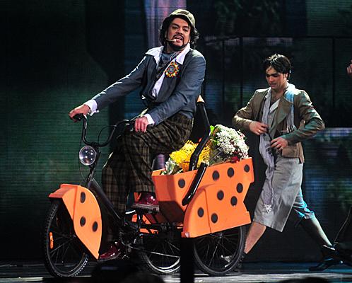 На одной из песен Филипп выехал в зал на велосипеде.