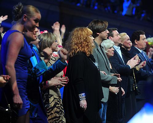 Пугачева, Галкин, Кобзон с женой аплодировали артисту стоя.