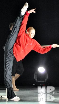 Перед концертом популярная балерина провела для детишек мастер-класс.