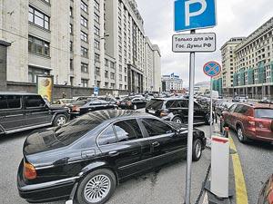 А это современные «железные кони» - BMW и «Мерседесы»- нынешних народных избранников у здания Госдумы в Москве.
