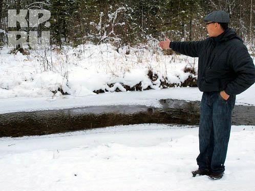 Дойдя до обледеневшего ручья, ширина которого 4 метра, йети легко перепрыгнул ручей и пошел дальше в гору.