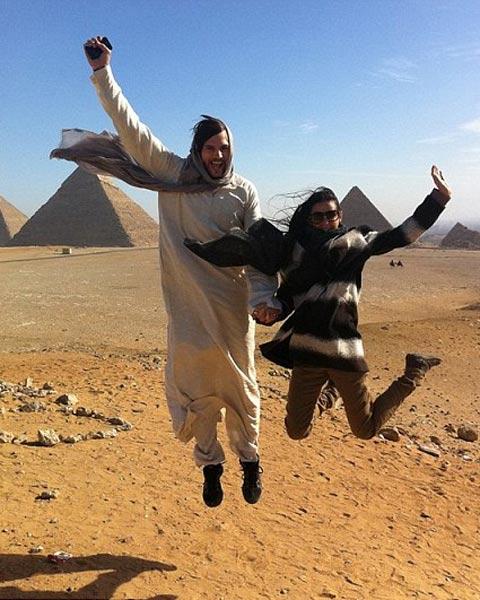 Супруги ездили в Египет и сфотографировались у пирамид