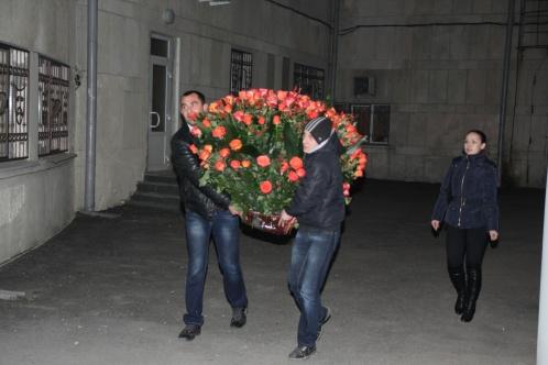 За несколько минут до начала концерта к служебному входу театра двое крепких парней принесли огромный букет из красных роз.