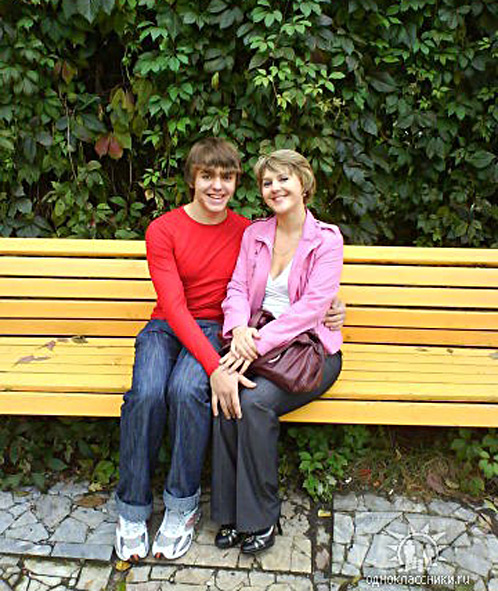 Игорь вместе со своей мамой, которая до сих пор надеется его найти.