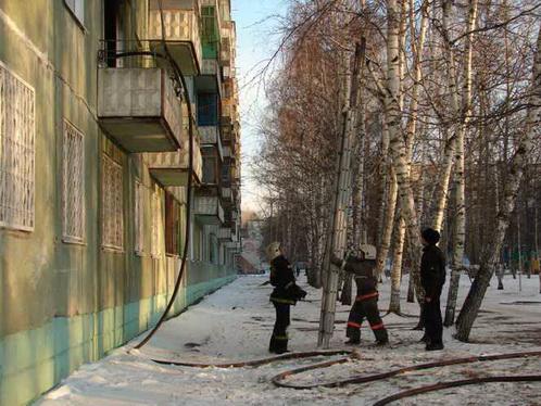 Перед тем как тушить пожар, сотрудники МЧС убедились что квартира пуста