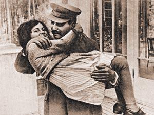 Чулки и скромная юбка. Никаких голых ног!..Сталин с дочерью. 1935 г.