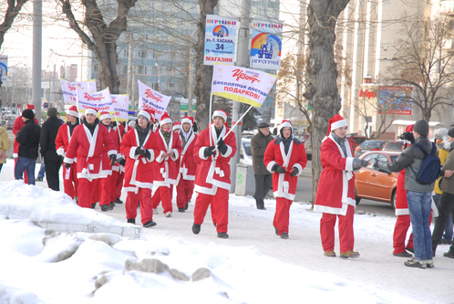 Мимо протестующих прошла толпа Дедов Морозов.