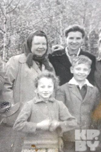 Фотографий, где Борис с мамой (первая слева в верхнем ряду), сохранилось немного.