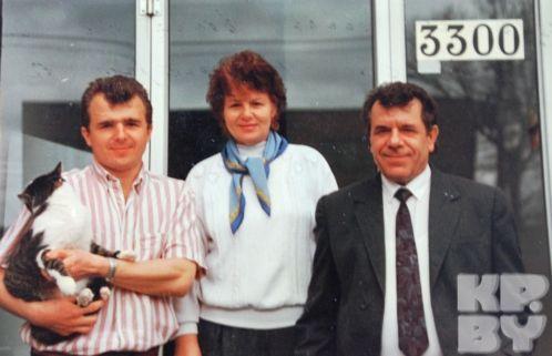 Средний брат Бориса Марик (справа) сво своей женой Светланой и сыном Володей