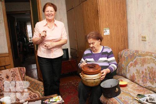 Светлана Владимировна и ее мать Валентина Яковлевна до сих пор хранят кастрюлю и форму для выпечки, которые достались им от мамы Бориса Моисеева