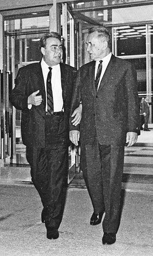 Брежнев первым из советских руководителей начал одеваться элегантно. И других заставил (справа - Председатель Совета Министров Косыгин).