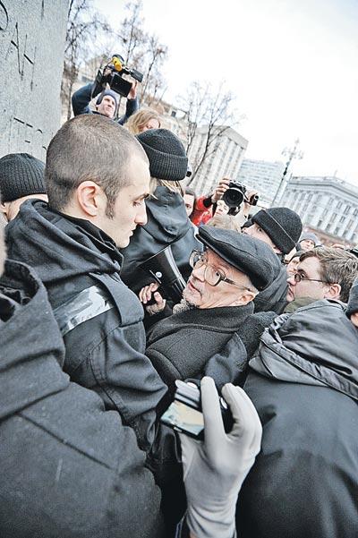 Лидер нацболов Лимонов (в центре) и не думал, что брутальный Немцов объявит его
