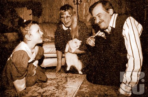 Леонид Филатов в кругу семьи - с женой Ниной,  внучкой Олей и кисой Анфиской