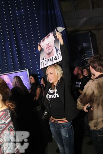 Поддержать Германа в фирменных майках с названием его конкурсной песни пришли певица Аня Шаркунова и продюсер Владимир Кубышкин. Не помогло!