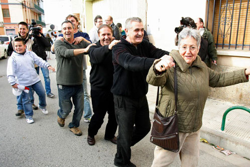 Обрадованные жители деревни вышли на улицы, начали петь, танцевать и обнимать друг друга