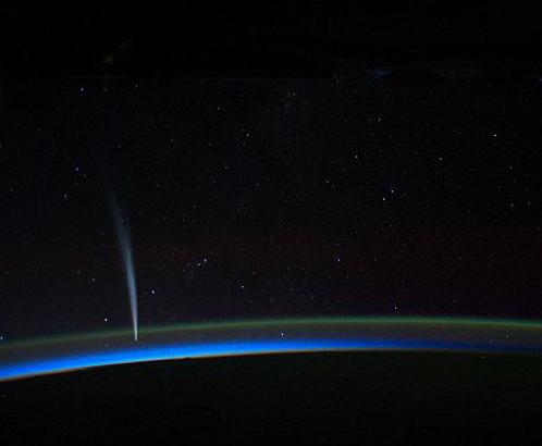 Астронавт снимал комету пока находился на теневой стороне Земли